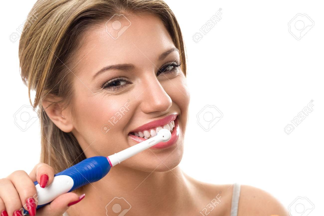 Jeune femme belle se brosser les dents en bonne santé, hygiène bucco-dentaire Banque d'images - 56546884