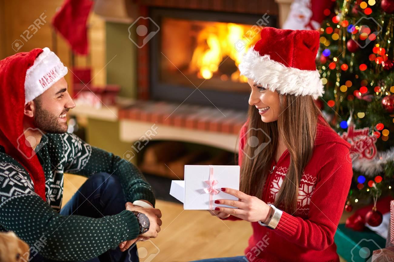Junge Paare, Geschenke Für Die Weihnachtszeit öffnen Lizenzfreie ...