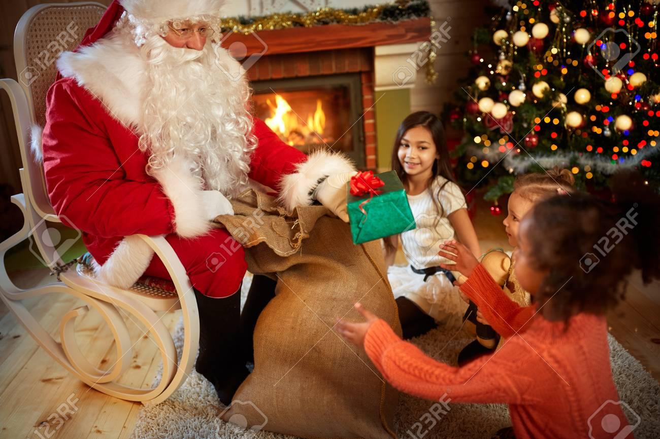 Weihnachtsmann Mit Einem Großen Sack Weihnachten Gibt Geschenke Für ...