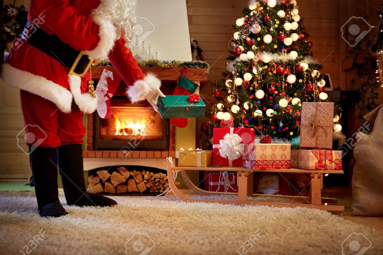 Santa Claus Heimlich Blätter Ein Geschenk Unter Dem Weihnachtsbaum ...