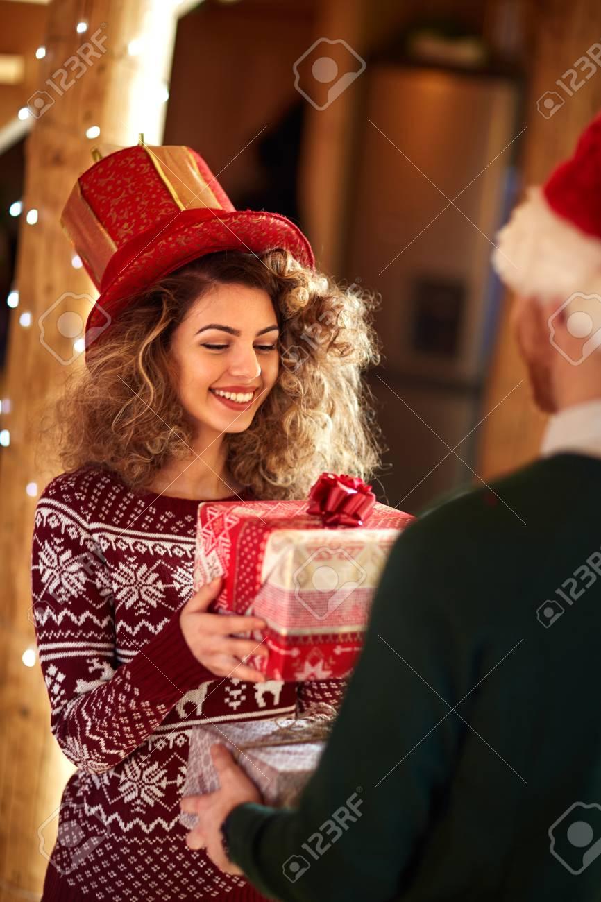 Curly Mädchen Austausch Geschenk Mit Freund Lizenzfreie Fotos ...