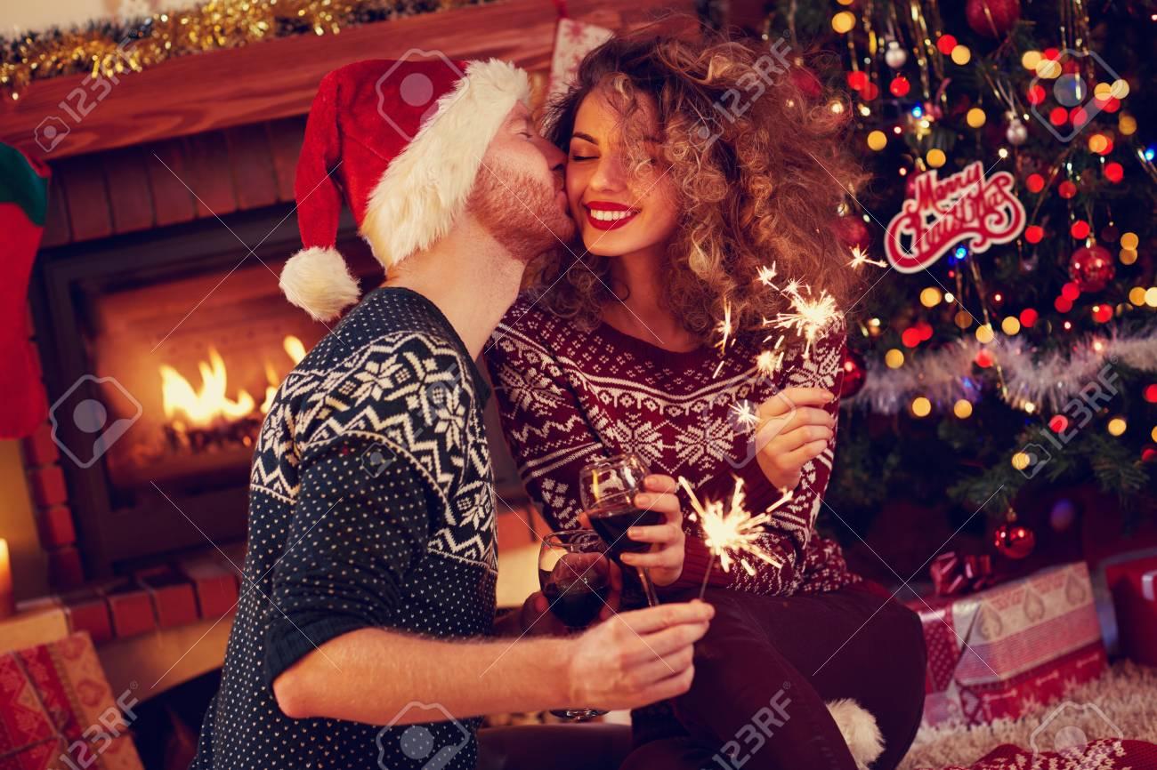 Man Kuss Lockige Frau Für Glückliche Weihnachten Lizenzfreie Fotos ...