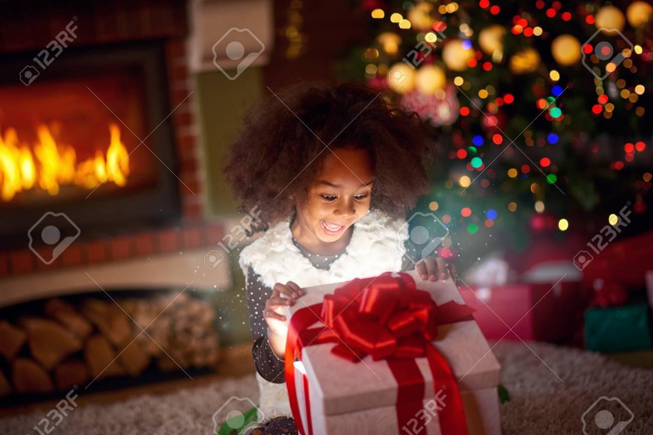 Berraschtes Kleines Mädchen, Das Im Magischen Geschenk Die Magie Von ...