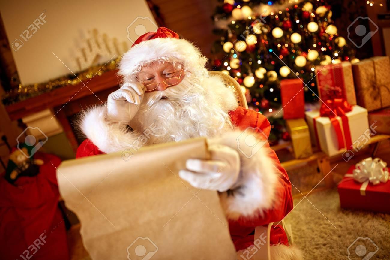 Weihnachtsmann Sucht Lange Liste Mit Kindern Wunsch Für ...
