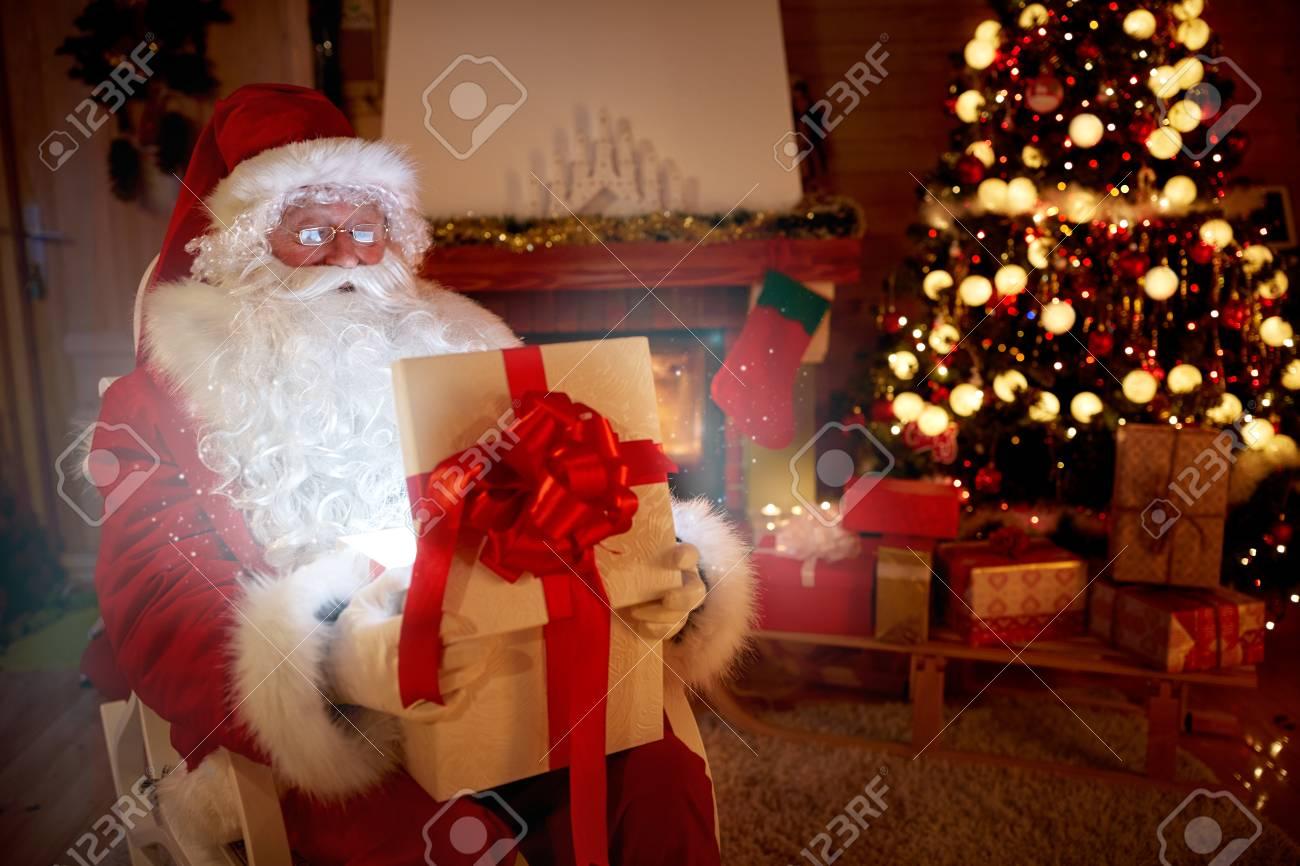 Magisches Geschenk In Weihnachtsmann Händen, Glücklich Heiraten ...