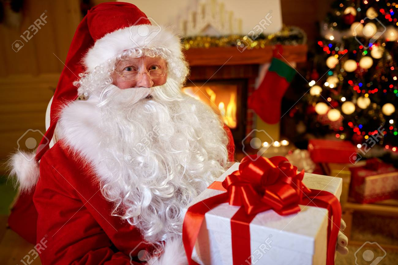 Porträt Weihnachtsmann Mit Geschenk Für Sie Zu Weihnachten ...