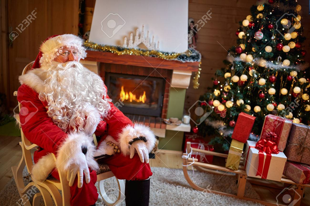 Santa Clause In Eingerichtete Zimmer In Der Nähe Von Kamin Und ...