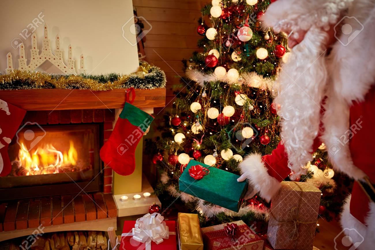 Weihnachten Vater Liefert Gegenwärtig Heimlich Es Unter Dem Baum ...