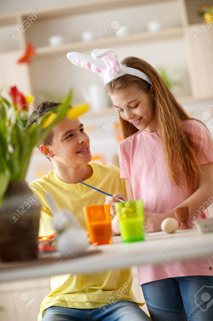 Junge Und Madchen In Der Kuche Malen Eier Fur Ostern Lizenzfreie