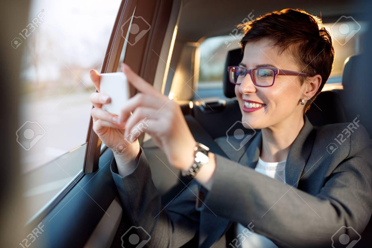 Geschäftsfrau Genießen Auf Dem Reisen Und Fotos Von Einem Auto Machen