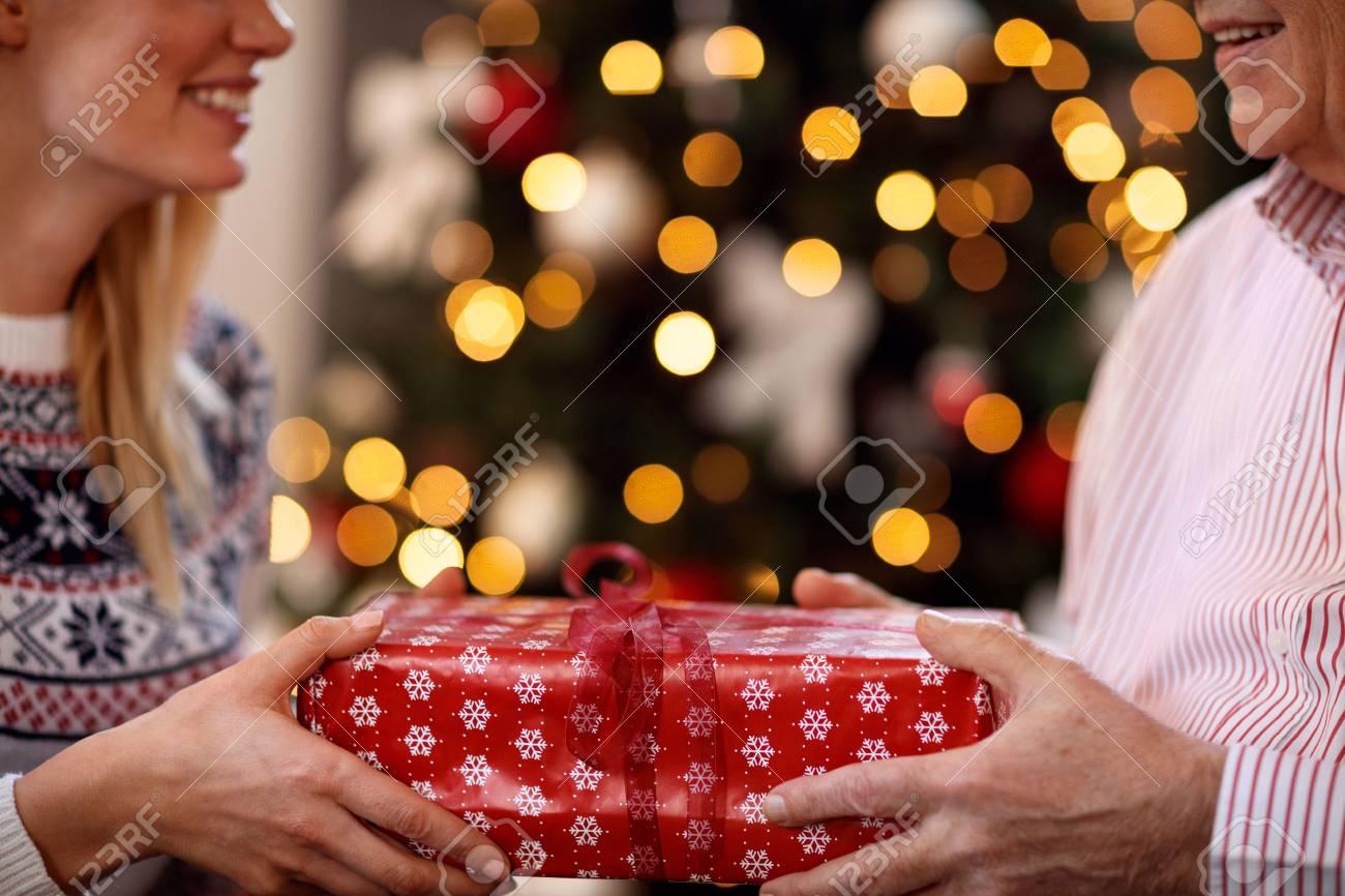 Vater Und Tochter , Die Weihnachtsgeschenke Schließen , Schließen ...