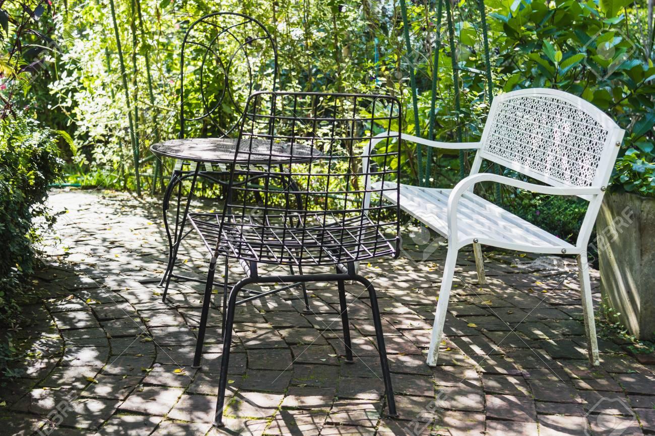 Ensemble Vintage De Table Et Chaises à L & # 39 ; Extérieur Dans Le ...
