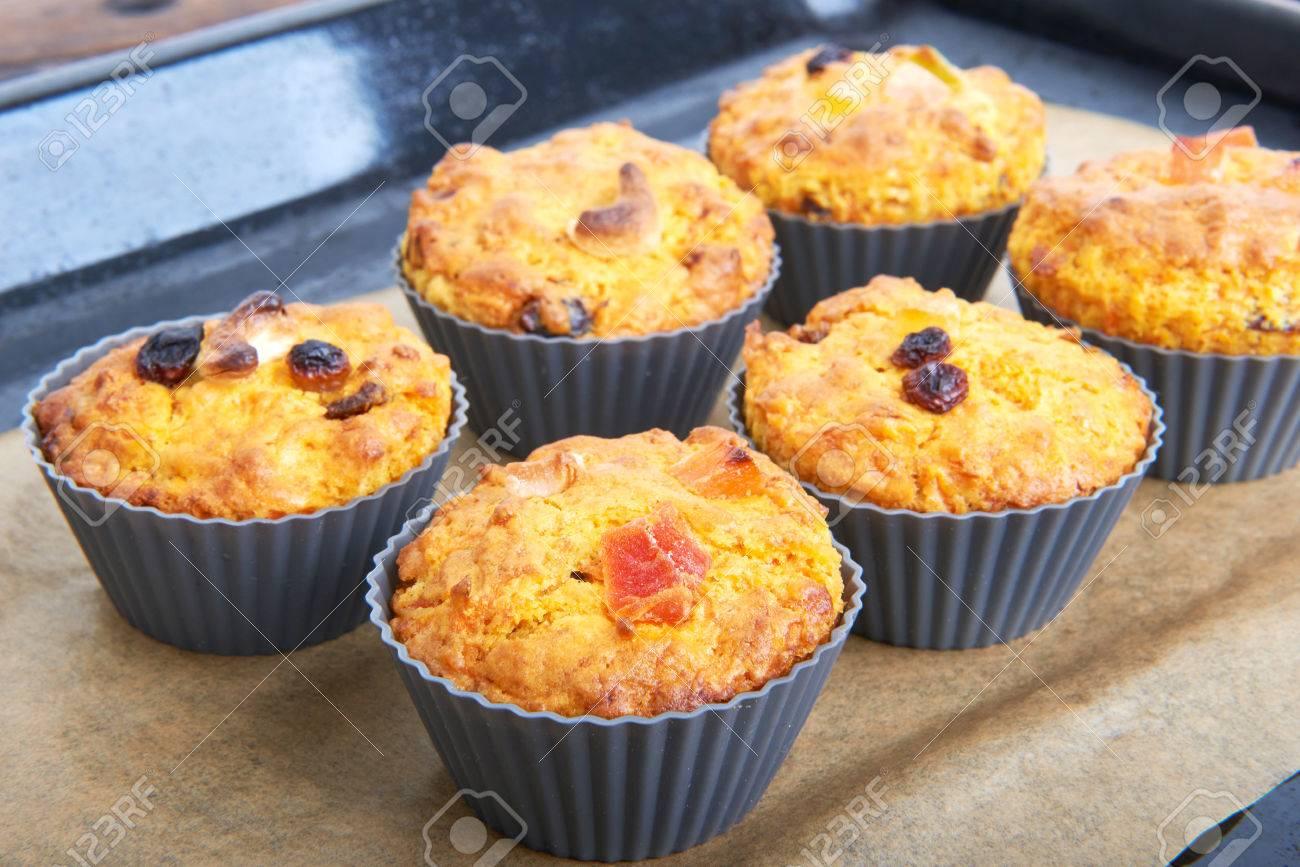 Karotten Muffins Mit Apfel Und Kandierten Fruchten Auf Einem