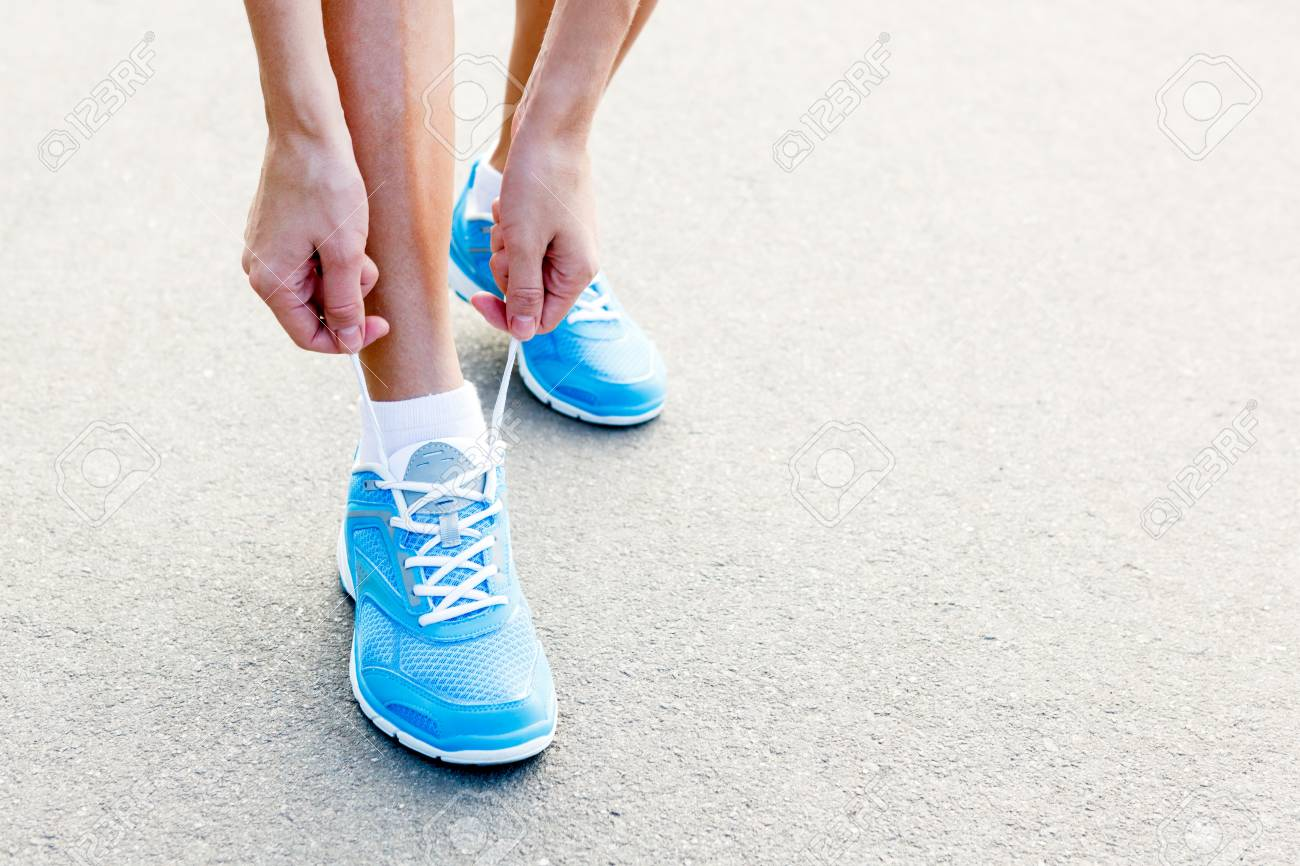 Femme Les Chaussures Jeune Attacher Plan Rapproché Sport De a76Xxqwtn8