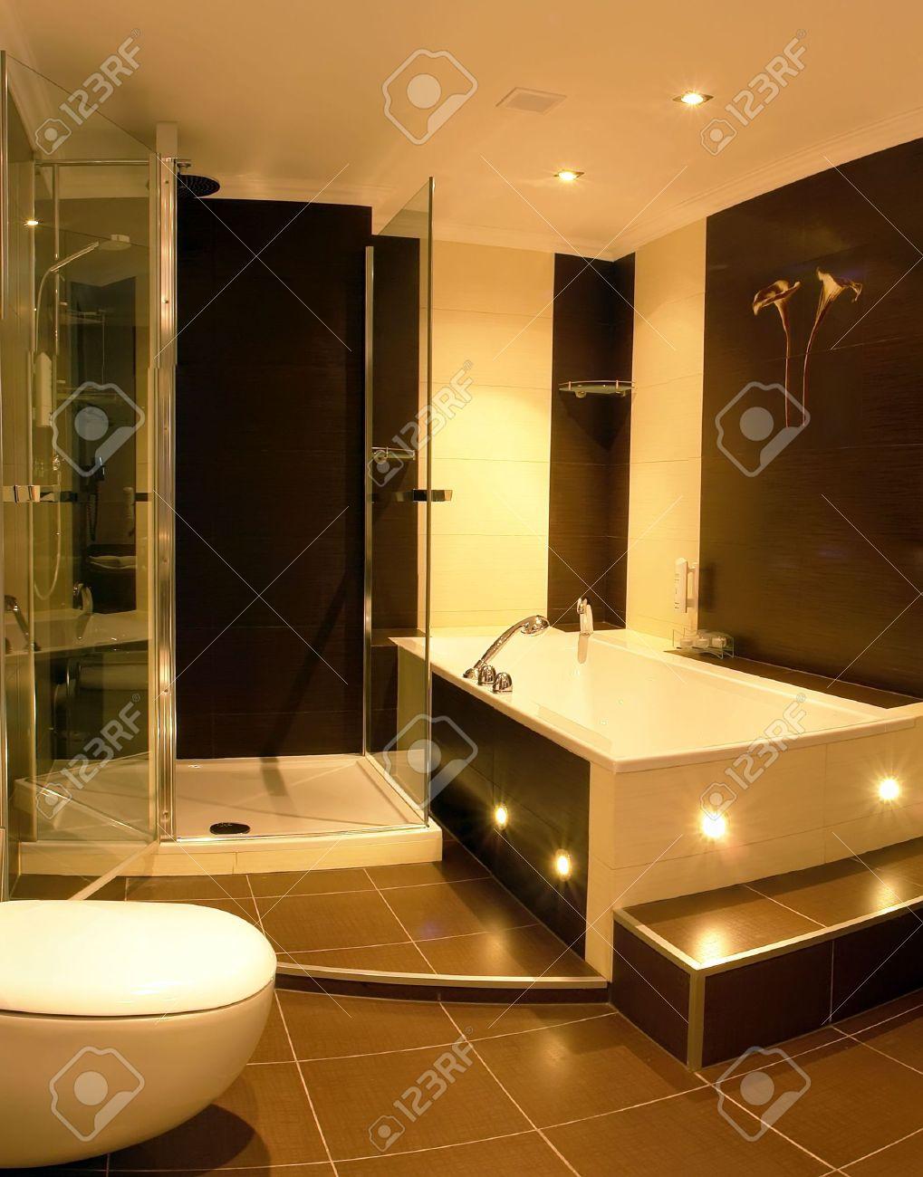 archivio fotografico una vista di un bagno moderno con un vetro racchiuso con box doccia e una vasca idromassaggio