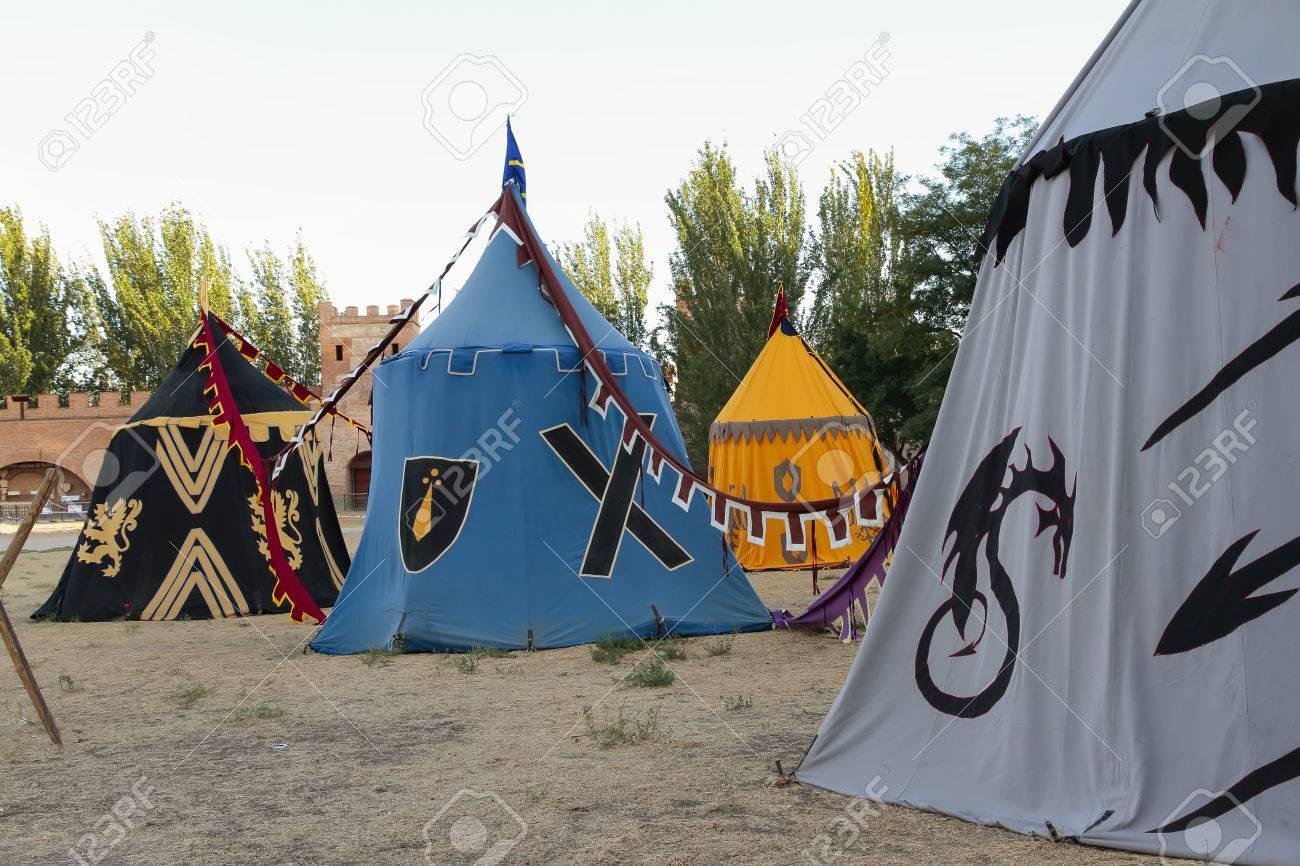 O Jogo dos Tronos - ON - Página 11 66084338-escena-al-aire-libre-con-algunas-tiendas-de-campa%C3%B1a-en-la-recreaci%C3%B3n-de-un-campamento-militar-medieval