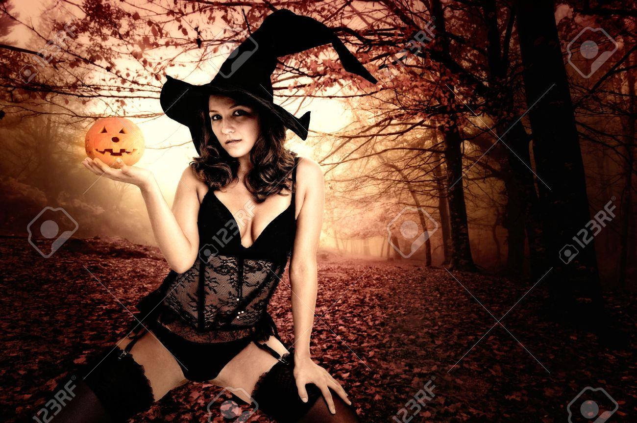 Аватар Современная сексуальная ведьма, летящая на метле из альбома Девушки