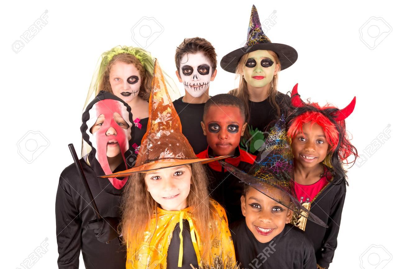 kinder mit gesichtsbemalung und halloween-kostüme in weiß isoliert