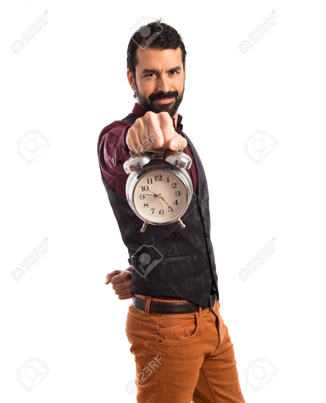 Hombre feliz del chaleco que llevaba la celebración de un reloj de época