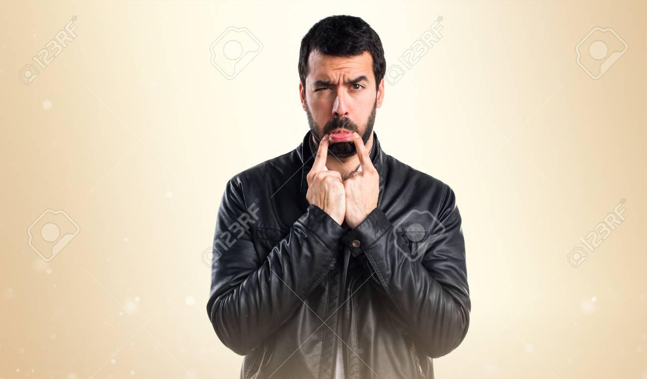 Hombre triste con la chaqueta de cuero