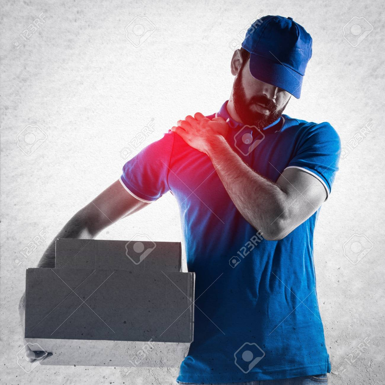Delivery man with shoulder pain - 55440073