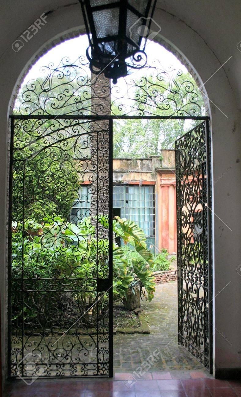 Coloniaux Porte à Un Jardin Intérieur Banque D\'Images Et Photos ...