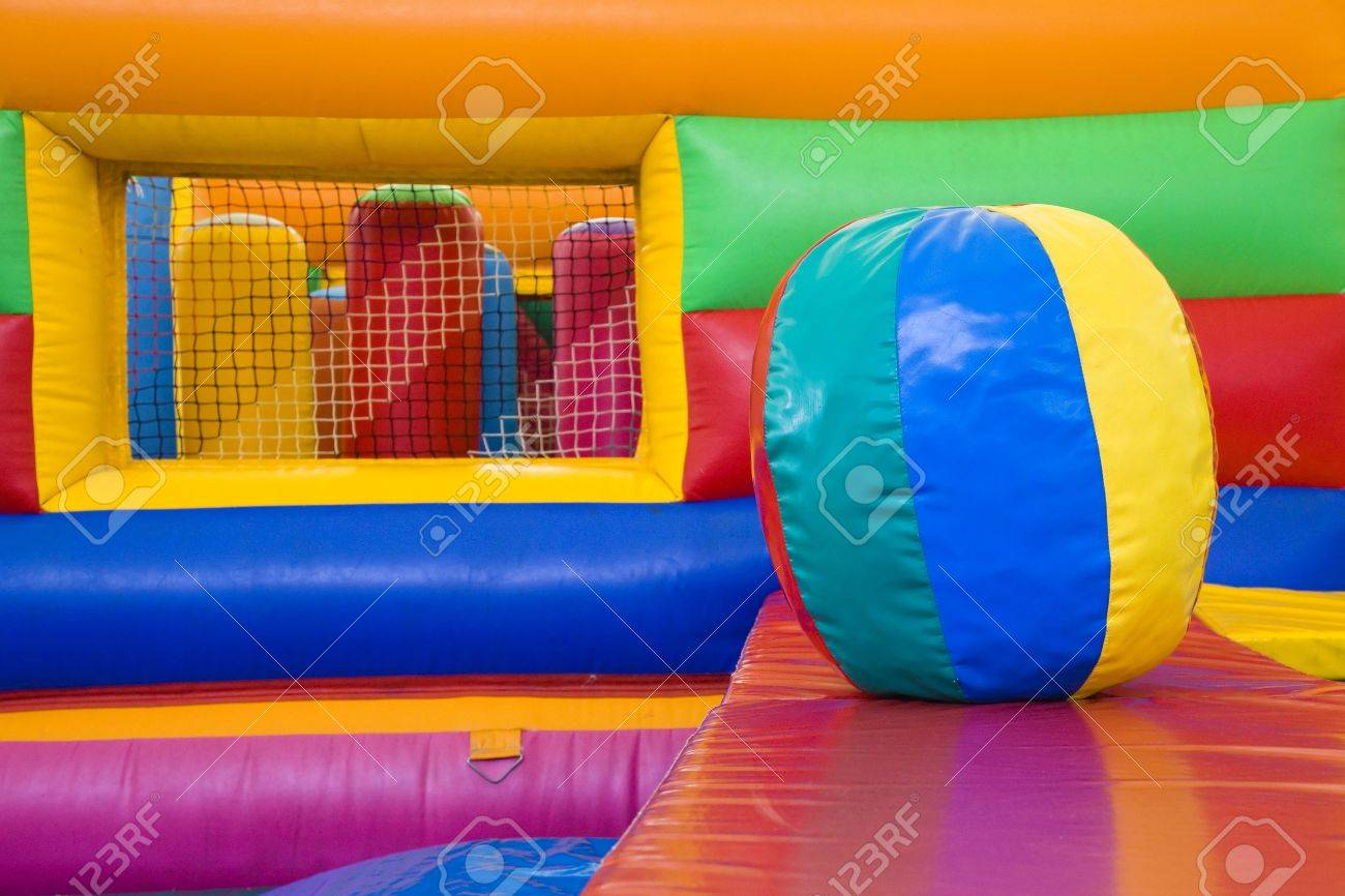 enfoque selectivo en las bolas de colores en un centro de juegos para nios