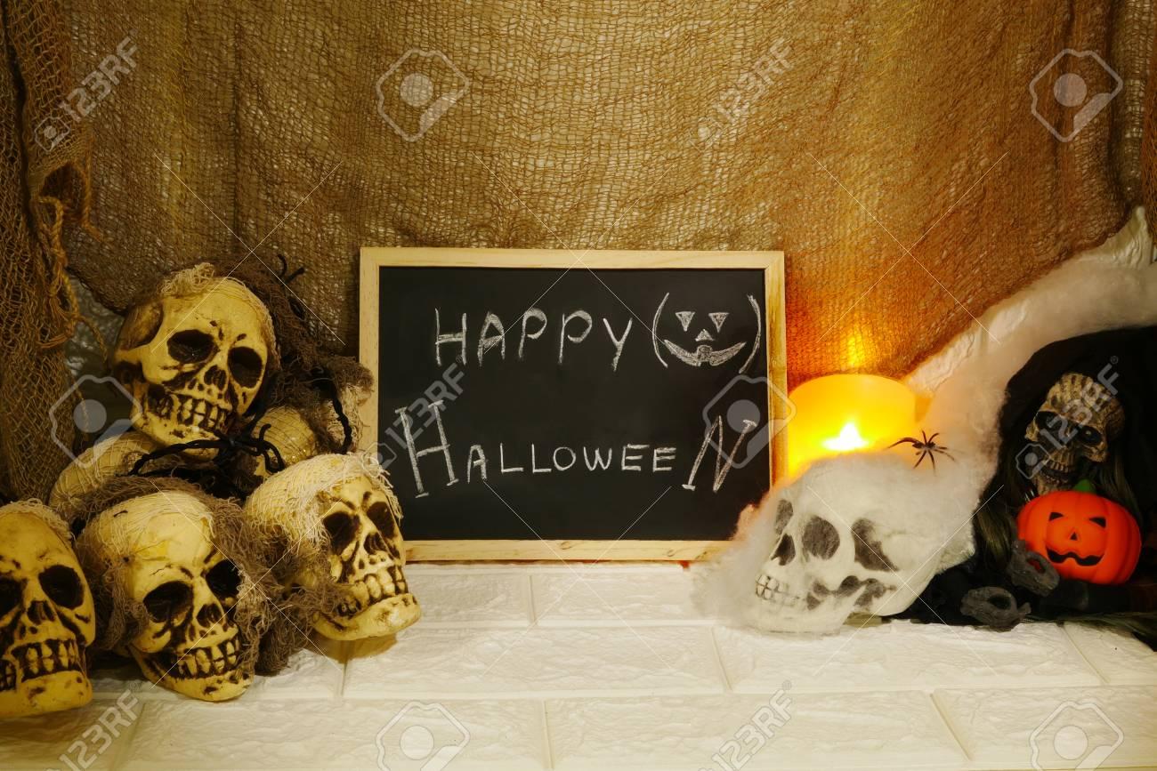 Halloween Dekoration Kurbis Kerzen Und Horror Schadel Auf Wand Hintergrund Lizenzfreie Fotos Bilder Und Stock Fotografie Image 88276521