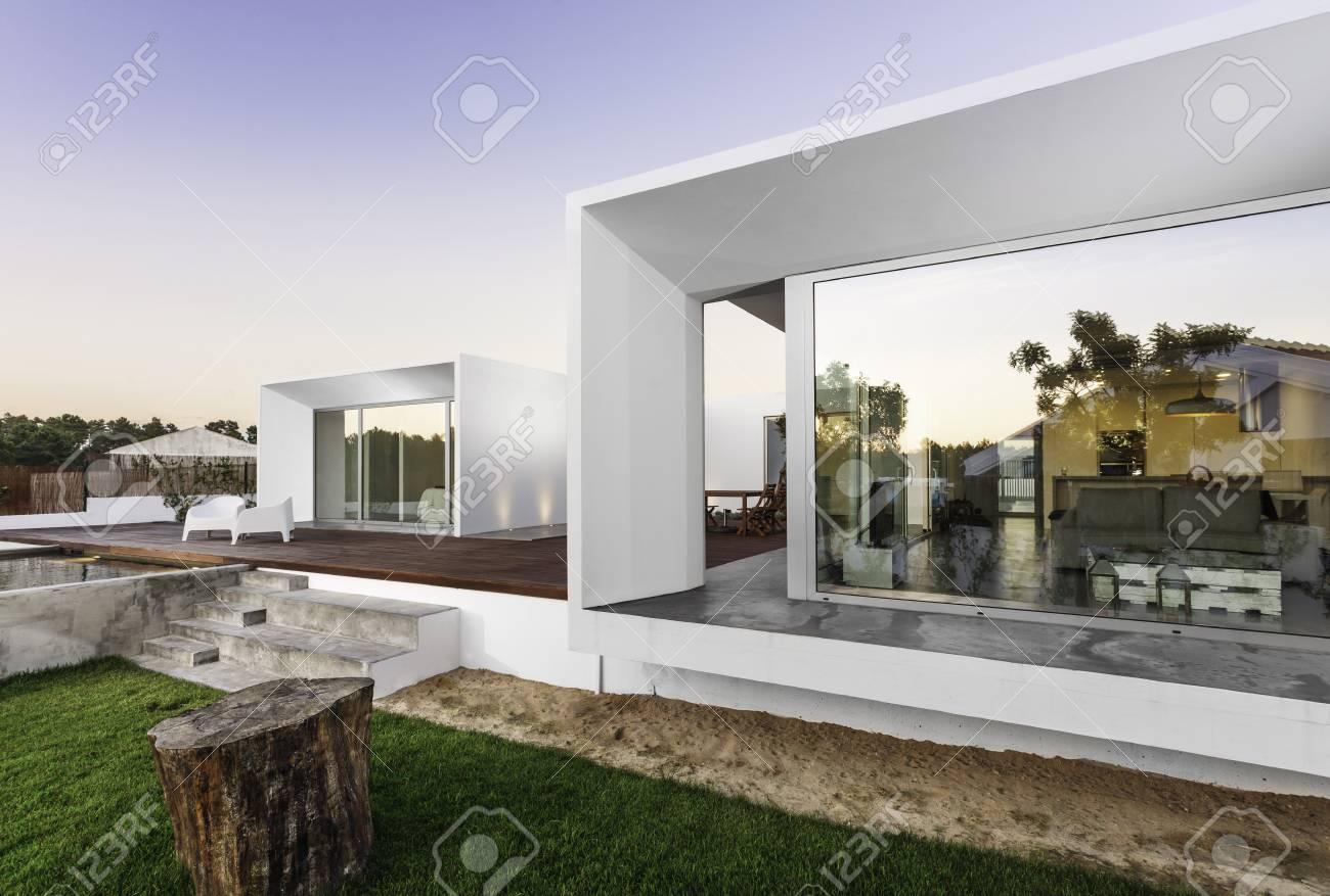 Maison Moderne Avec Jardin Piscine Et Terrasse En Bois Banque D