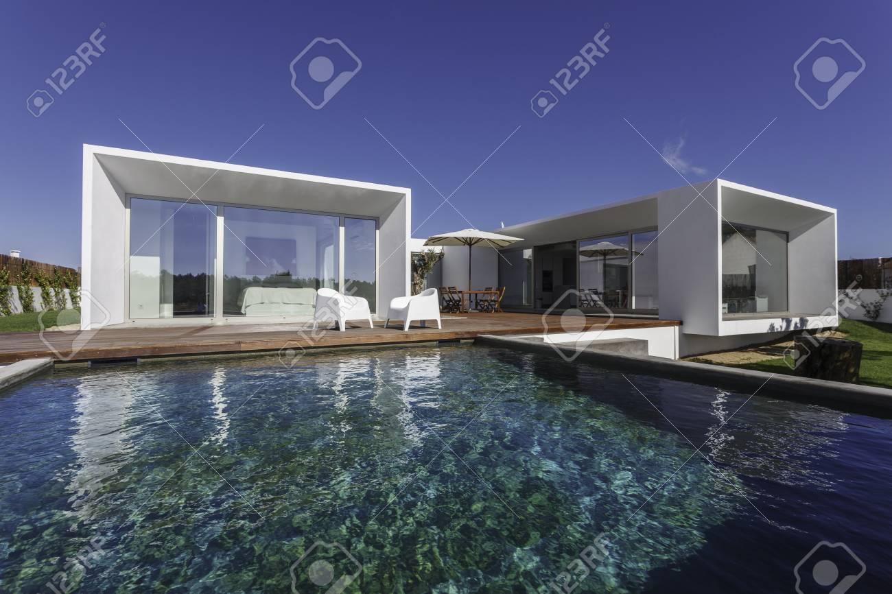 Atemberaubend Modernes Haus Mit Pool Und Garten Galerie - Heimat ...
