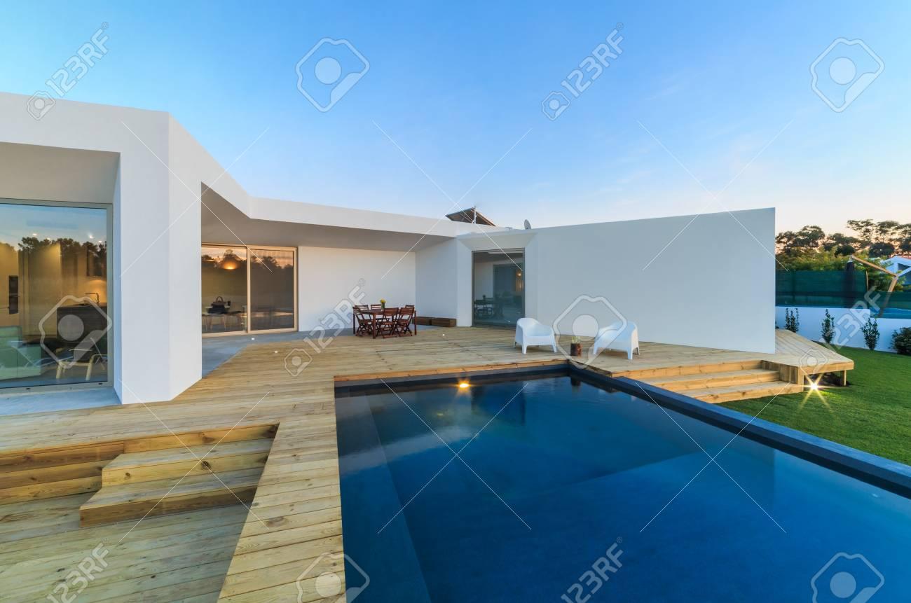 Casa Moderna Con Piscina Jardín Y Terraza De Madera