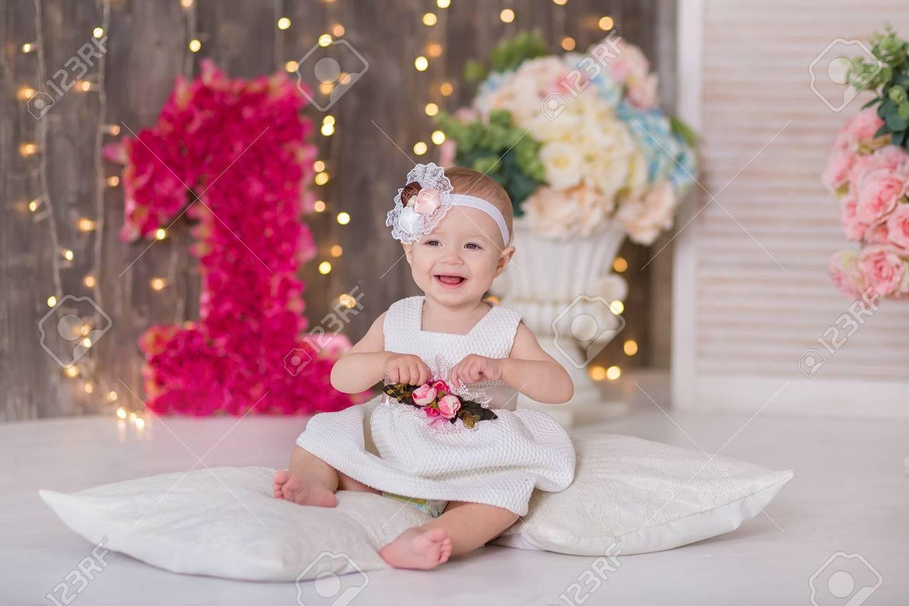 Cute Baby Mädchen 1 2 Jahre Alt Sitzen Auf Boden Mit Rosa Ballons Im
