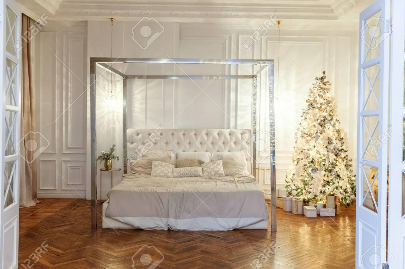 banque dimages classique nol et nouvel an dcor salle intrieure avec des cadeaux et arbre du nouvel an arbre de nol avec des dcorations blanches et