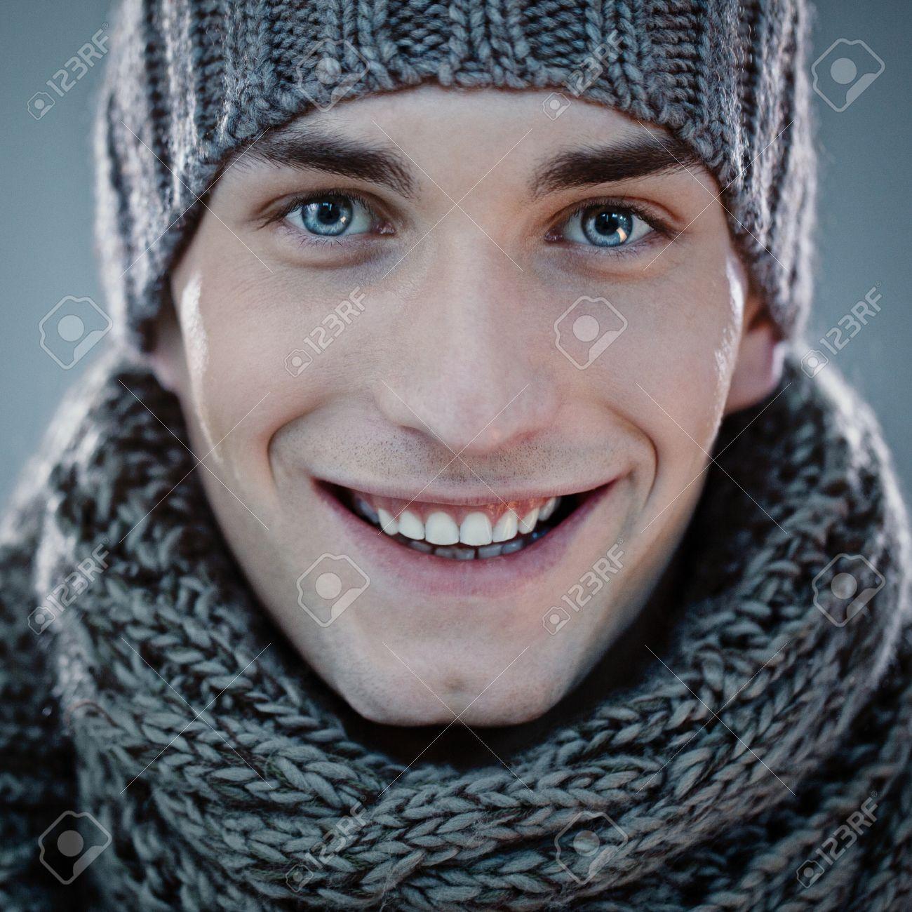 Beau Jeune Homme Coiffé D un Bonnet Et Une écharpe. Banque D Images ... 19db2146a8d