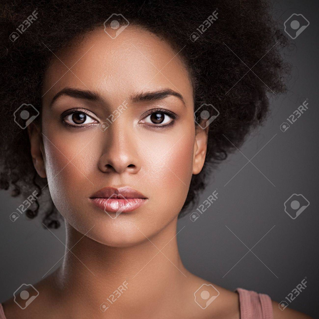 Fabuleux Portrait D'une Femme Africaine Avec Une Expression Sérieuse Sur &UN_22