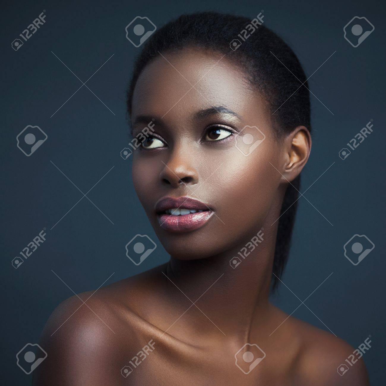 Fabuleux Beauté Portrait D'une Femme Africaine Sensuelle. Banque D'Images @VN_24
