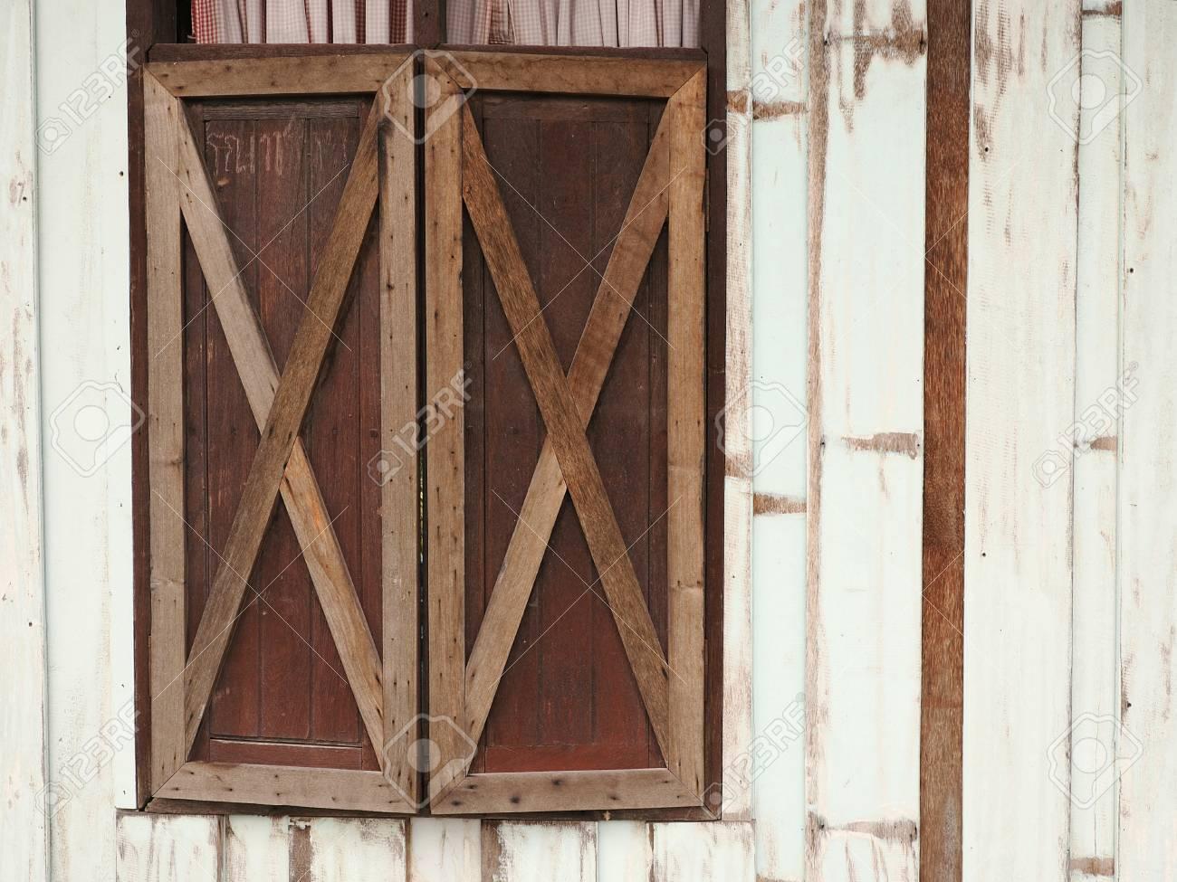 La Plinthe Du Mur vieille fenêtre en bois sur la planche de bois fond mur