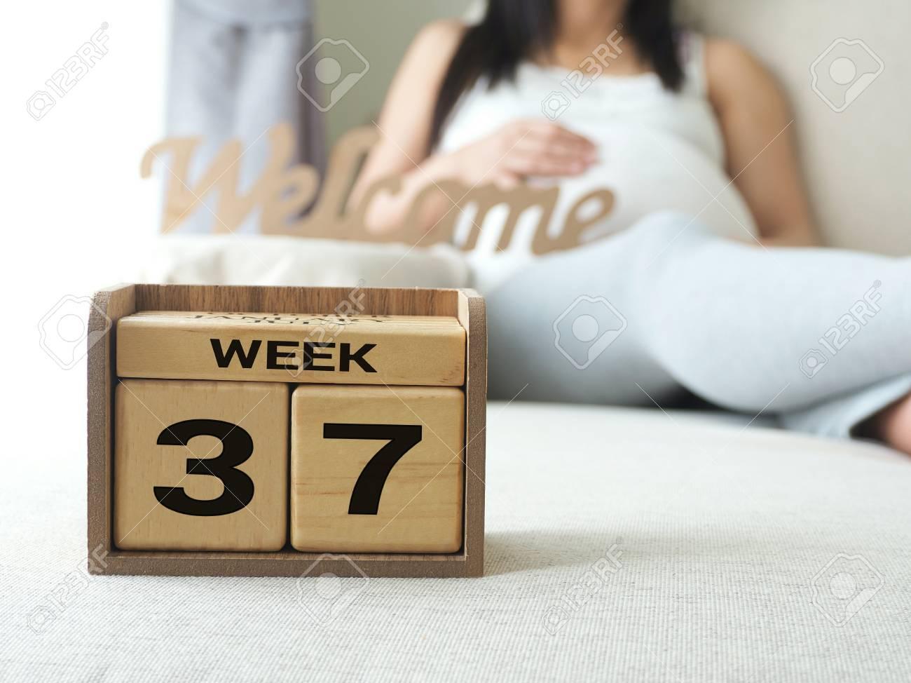 Calendario Maternita.Calendario Con Le Settimane 37 Di Gravidanza Con Sfondo Donna Di Gravidanza Concetto Di Maternita Aspettando Un Bambino Prossimo Giornata Del Conto