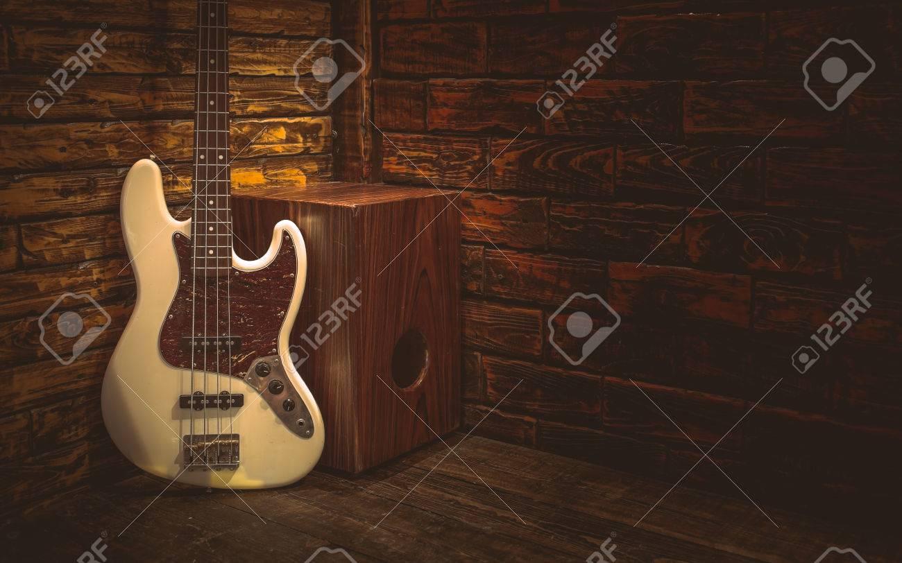 Cajon Und Bass-Gitarre Auf Kleine Bühne Im Pub Lizenzfreie Fotos ...