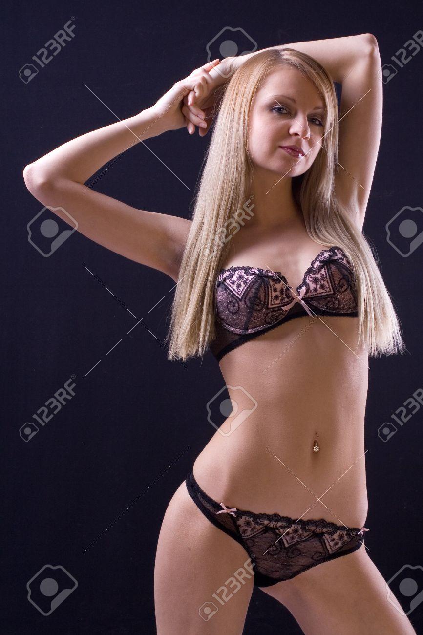Schöne Frauen In Dessous Posiert Auf Einem Schwarzen Hintergrund