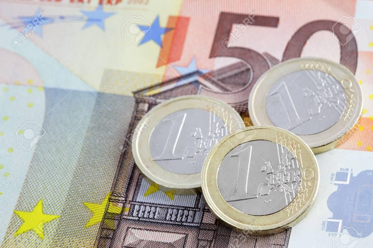 Schließen Sie Bis Ansicht Auf Euro Münzen Auf Banknoten Lizenzfreie
