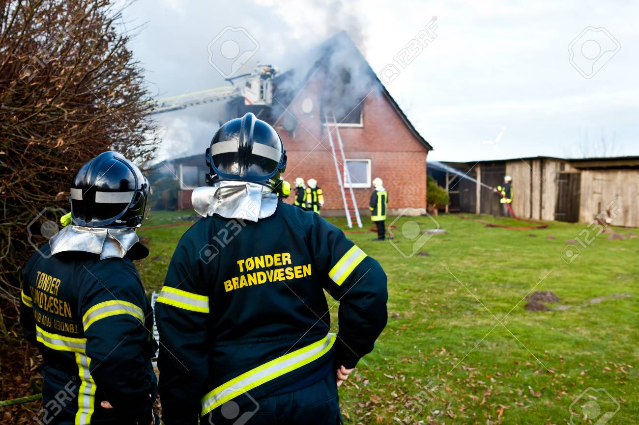 Firefighters at house fire Stock Photo - 17311532