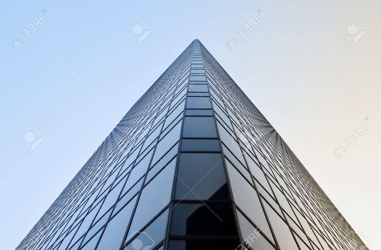Tour de bureaux modernes noir ressemble à pyramide banque dimages