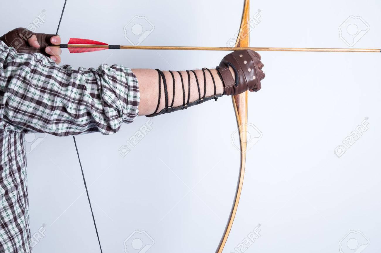 Vue Latérale Dun Archer Portant Des Gants En Cuir Doigts Ouverts Chemise à Carreaux Et Garde De Bras Dessin Dun Arc Long Anglais Traditionnel Avec