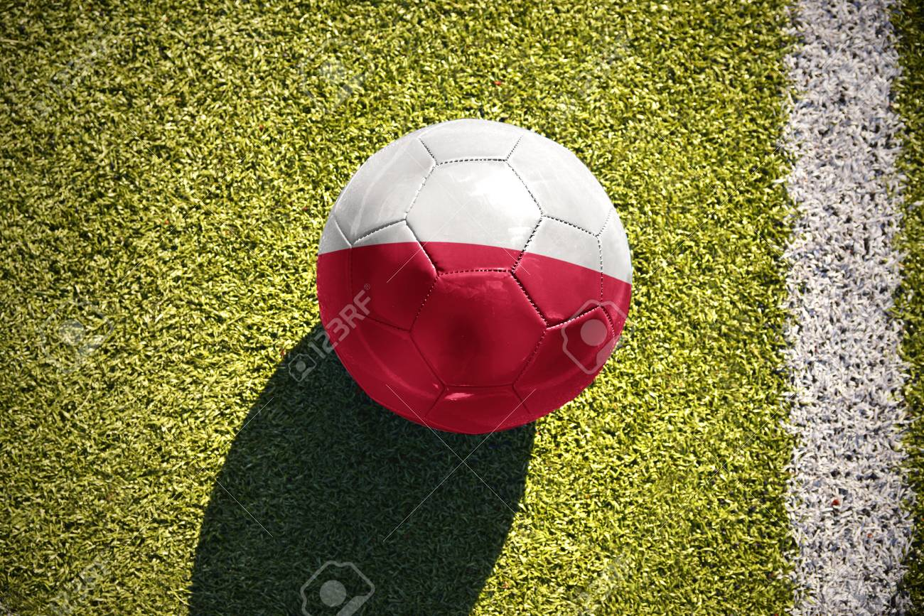 0f58d92810a24 Foto de archivo - Pelota de fútbol con la bandera nacional de Polonia se  encuentra en el campo verde cerca de la línea blanca