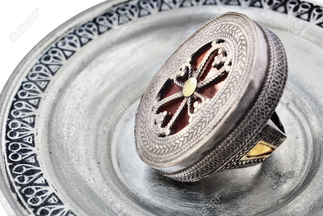 Anillo de plata de Turquía antiguos 200 años de antigüedad con Cruz símbolo sobre fondo de plata Foto de archivo - 6985368