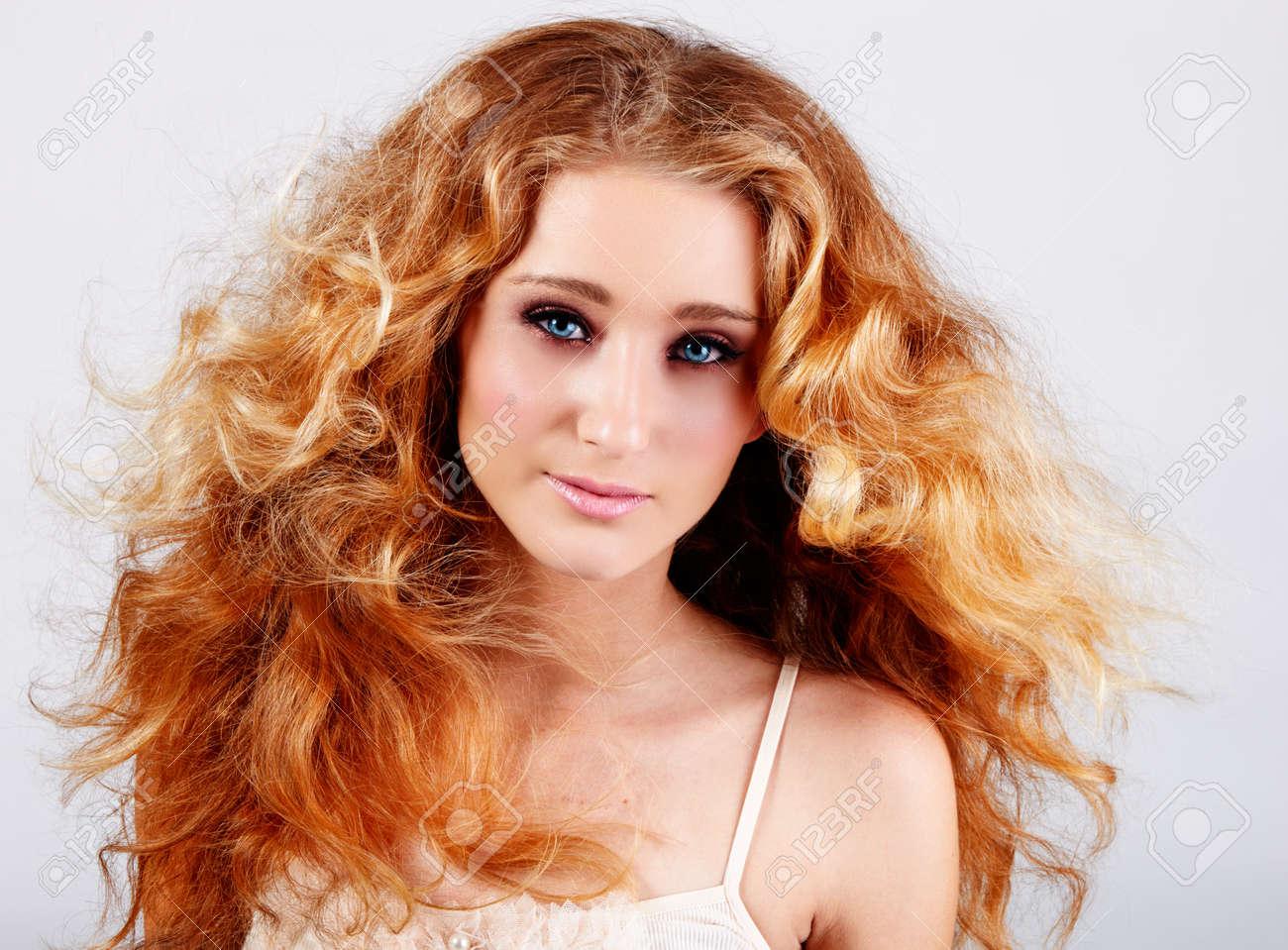 Schöne Teenager Mädchen Mit Roten Haare Und Blaue Augen Auf Grau
