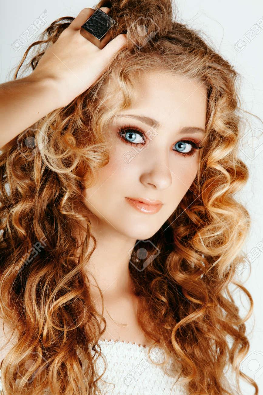 Schone Erdbeere Blond Frau Mit Blauen Augen Und Lange Grosse Locken