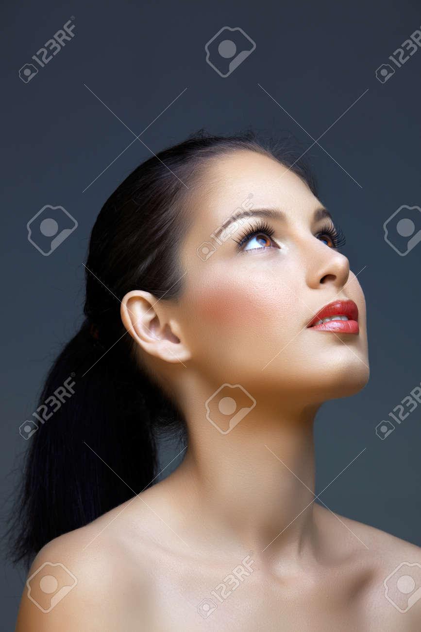belle femme avec de longs cheveux bruns en queue de cheval sur fond de studio porter maquillage naturel Banque d'images - 11857698