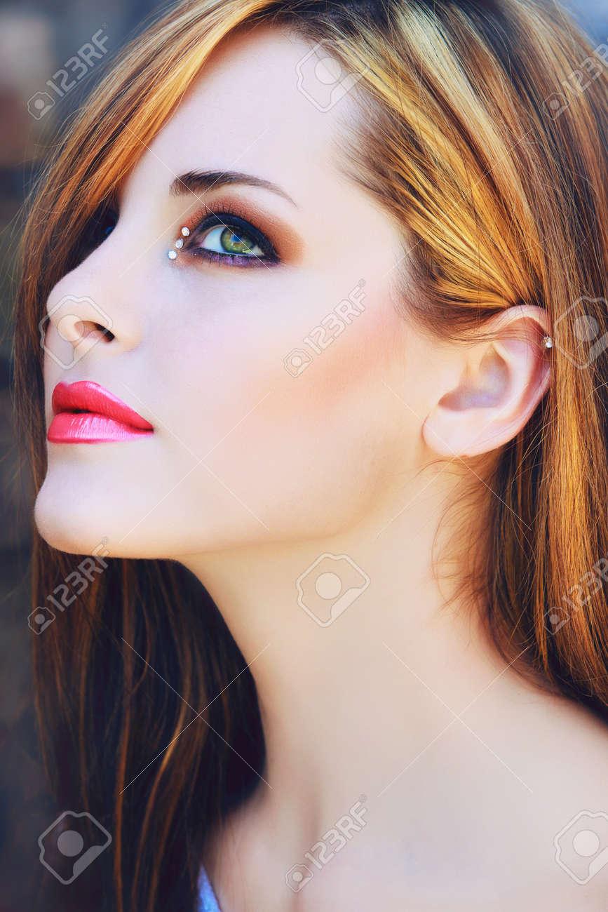portrait d'une belle jeune femme avec de longs cheveux bruns et maquillage artistique avec des lèvres roses Banque d'images - 14683765